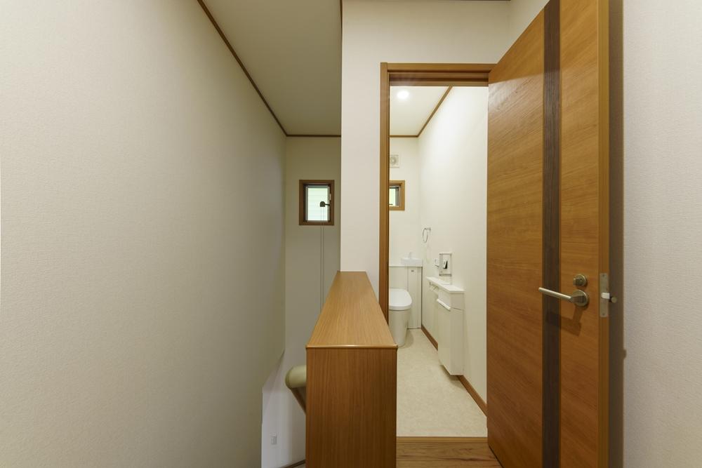 長崎市,SEIBU,分譲,土地,新築,マイホーム,施工事例,トイレ,2階のトイレ,収納,インテリア,暮らし,明るい,シンプル,ベストライフの家,ウッディ―,心地のいい家
